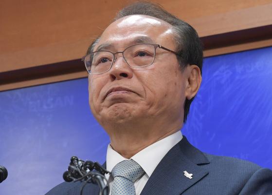 오거돈 부산시장이 지난 23일 오전 부산시청에서 기자회견을 열고 직원 성추행 사실을 인정하며 시장직 사퇴 의사를 밝히고 있다. 중앙포토