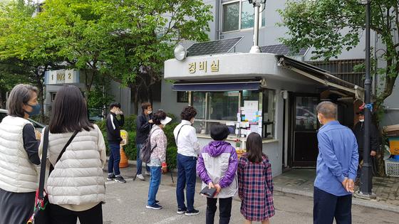 숨진 경비원 추모하는 아파트 주민들. 연합뉴스