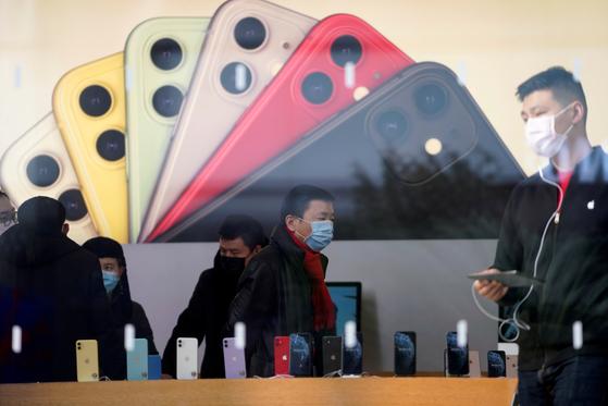 지난 1월 중국 상하이에 있는 애플 매장의 모습.[로이터=연합뉴스]