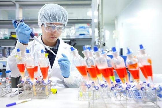SK바이오사이언스가 빌&멜린다 게이츠 재단으로부터 신종 코로나바이러스 감염증(코로나19) 백신 개발을 위한 지원금 360만달러(한화 약 44억원)를 지원받는다고 18일 밝혔다.  사진은 SK바이오사이언스 연구원이 백신 개발을 위한 연구·개발을 진행하는 모습. [사진 SK바이오사이언스]