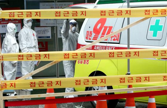 코로나19 확진자가 발생해 폐쇄된 서울 당산동 영등포병원 관계자들이 지난 15일 입원 환자 전원을 준비하고 있다. 뉴스1
