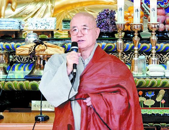 법흥사 주지 삼보스님이 16일 강원도 평창 월정사에 장학금 30억원을 기부했다. [연합뉴스]