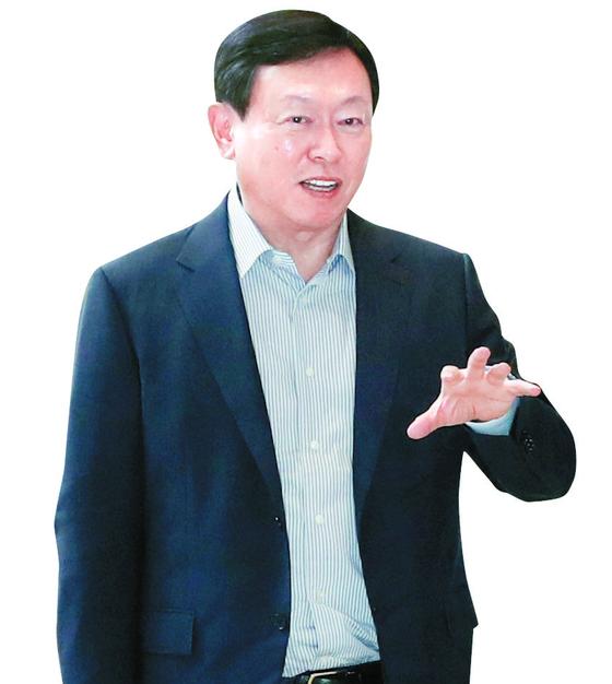 신동빈 롯데그룹 회장이 지난해 김포국제 공항을 통해 일본 도쿄로 출국하고 있다. 뉴스1