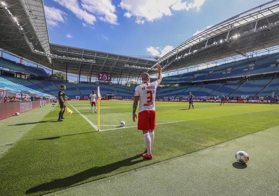 16일(현지시간) RB 라이프치히와 SC 프라이부르크의 경기에서 라이프치히의 안젤리노가 코너킥을 준비하며 손을 들어보이고 있다. [AP=연합뉴스]