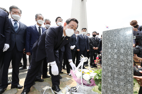 5·18 민주화운동 40주년을 맞은 18일 미래통합당 주호영 원내대표 등 지도부가 광주 북구 운정동 국립 5·18민주묘지를 참배하고 있다. [뉴스1]