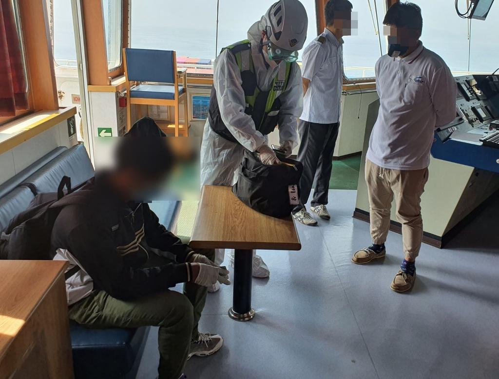 밀출국을 시도한 혐의(출입국관리법 위반)로 검거된 에리트레아 국적 20대 남성. 사진 창원해경