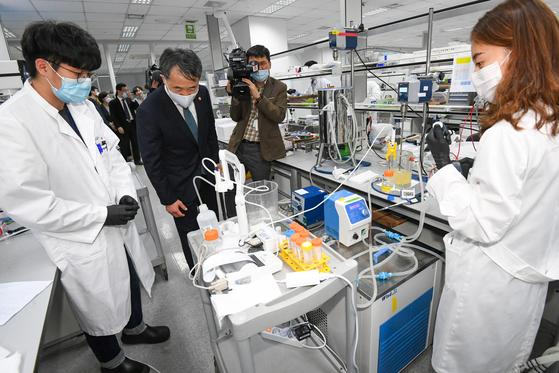 박능후 보건복지부 장관이 지난 13일 신종 코로나바이러스 감염증(코로나19) 혈장 치료제를 개발 중인 경기도 용인시 GC녹십자를 방문해 연구 시설을 살펴보고 있다. [연합뉴스]