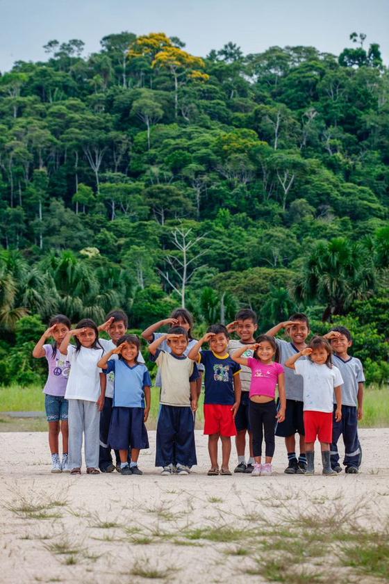 아마존의 밀림 마을. 아라후노에서 컴패션에서 등록되어 한국 후원자들에게 후원받는 아이들을 불러모아 보았다. 제법 많은 어린이들이 달려나와 귀엽고 사랑스러운 미소를 보여주었다. [사진 허호]
