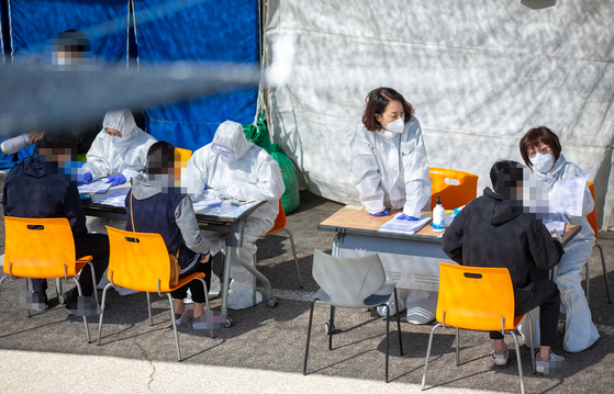 13일 경기도의 한 선별진료소에 서울 이태원, 논현동 일대를 방문한 이들이 신종 코로나바이러스 감염증(코로나19) 검사를 받기 위해 대기하고 있다. 사진 경기도