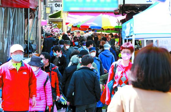 지난달 27일 경기 김포시 북변공영주차장에서 열린 5일장이 인파로 붐비고 있다. 뉴스1