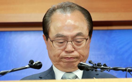 오거돈 전 부산시장이 지난달 23일 오전 부산시청에서 기자회견을 열어 시장직 사퇴 의사를 밝히고 있다. 송봉근 기자