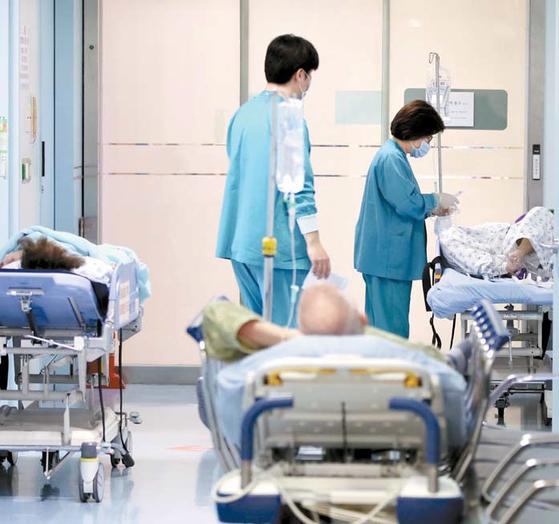 18일 국민건강보험공단이 발표한 '2019년 건강보험 주요통계'에 따르면 지난해 노인 진료비는 역대 최고로 35조원을 넘어선 것으로 나타났다. 연합뉴스