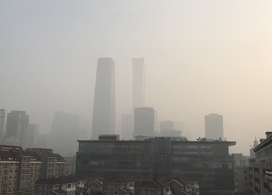 신종 코로나바이러스 감염증이 확산되기 이전인 지난해 12월 10일 중국 베이징 도심이 스모그로 희뿌연하다. [연합뉴스]