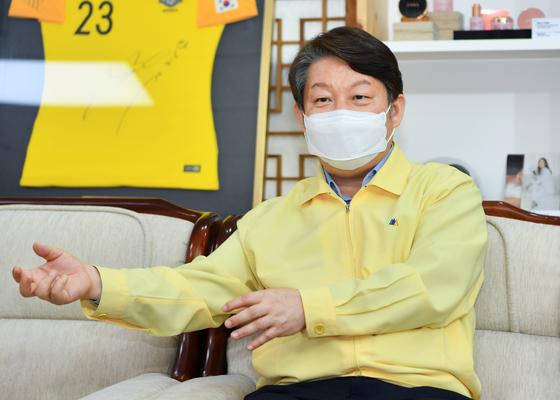 """권영진 대구시장은 """"코로나19 2차 유행에 대비해 진단검사 역량과 시스템을 유지하고 감염위험성이 높은 집단을 상대로 적극적인 검사를 진행하자""""고 역설했다."""
