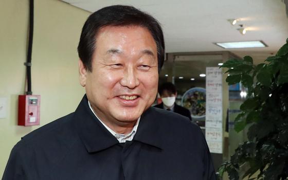 김무성 미래통합당 의원이 지난달 22일 서울 여의도 한 식당에서 열린 비박계 의원 만찬에 참석하고 있다. 뉴스1