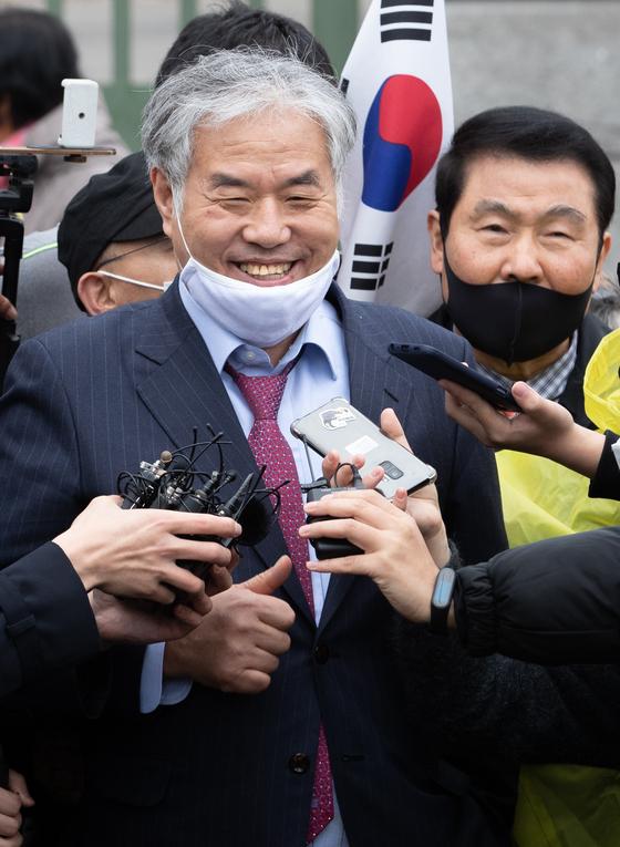 전광훈 목사가 지난달 20일 서울구치소에서 보석으로 석방된 후 취재진 질문에 답변하고 있다.[뉴스1]