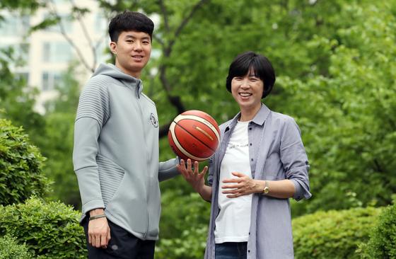 1980년대 농구 스타 성정아(오른쪽)와 NCAA에서 뛰는 아들 이현중. 변선구 기자