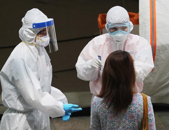 '이태원 클럽발' 신종 코로나바이러스 감염증(코로나19) 확진자가 감소세에 들어선 18일 오후 서울 용산구보건소에 마련된 선별진료소에서 의료진들이 검사를 하고 있다. 뉴스1