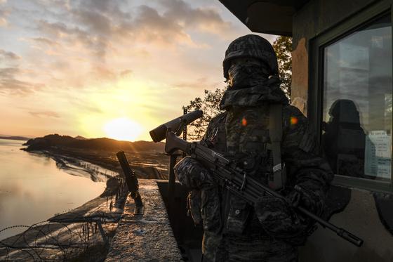 해병대 장병들이 초소에서 경계 임무를 수행하고 있다. [사진 해병대 2사단]