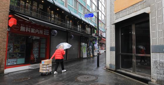 지난 17일 서울 중구 명동거리에 신종 코로나바이러스 감염증(코로나19) 등으로 임시휴업이나 폐업에 들어간 상점이 늘면서 한산한 모습을 보이고 있다. 뉴스1