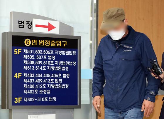 세계 최대 아동 성착취물 사이트 '웰컴 투 비디오'(W2V) 운영자 손정우씨의 아버지가 19일 서울고등법원에서 열린 범죄인 인도심사 청구사건 심문기일을 마치고 법정을 나서고 있다. [뉴스1]
