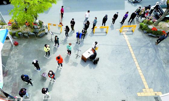 제21대 국회의원 선거일인 4월 15일 오전 대구 수성구 지산2동 행정복지센터에 마련된 제1투표소에서 유권자들이 투표 순서를 기다리고 있다. [뉴시스]