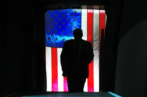 도널드 트럼프 대통령이 지난 2월 28일 유세 집회에 참석하기 위해 사우스캐롤라이나주 찰스톤에 도착한 모습. [AP=연합뉴스]