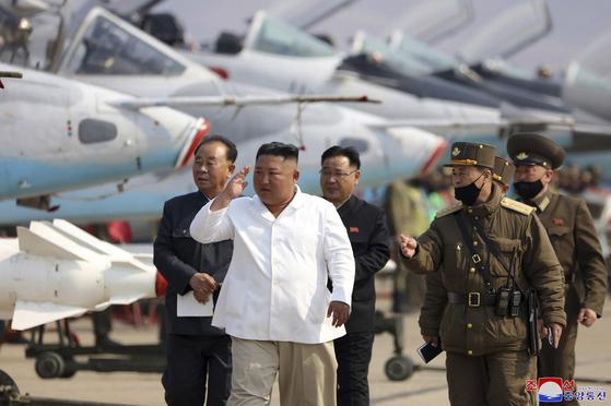 김정은 국무위원장이 지난달 북한 서부지구 항공·반항공사단 산하 추격습격기연대를 시찰하고 있다. [AP=연합뉴스]