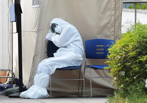12일 오후 서울 중랑구 서울의료원 호흡기안심진료소에서 의료진이 의자에 앉아 잠시 휴식을 취하고 있다. 연합뉴스