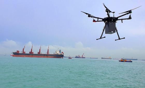 물건을 실어나를 수 있는 드론의 기능을 이용한 스포츠 경기장 테러 가능성이 제기됐다. 사진은 싱가포르에서 코로나19 확산 가능성을 우려해 드론으로 배에 물건을 전달하는 모습. AFP=연합뉴스
