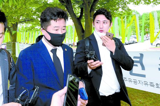 안성 쉼터 매입을 주선한 것으로 알려진 이규민 더불어민주당 당선인이 18일 광주 5·18민주묘지 참배를 마친 뒤 취재진 질문을 받고 있다. [뉴스1]
