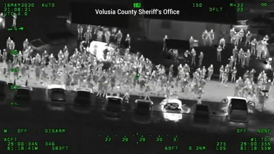 미국 플로리다 주 델라웨어 애비뉴에서 16일(현지시간) 약 3000명의 군중들이 모여 추모 파티를 하고 있다. 유튜브 캡처