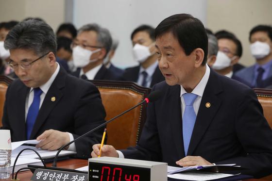 진영 행정안전부 장관(오은쪽)이 19일 국회 행안위 전체회의에 출석해 의원 질의에 답변하고 있다. 오종택 기자