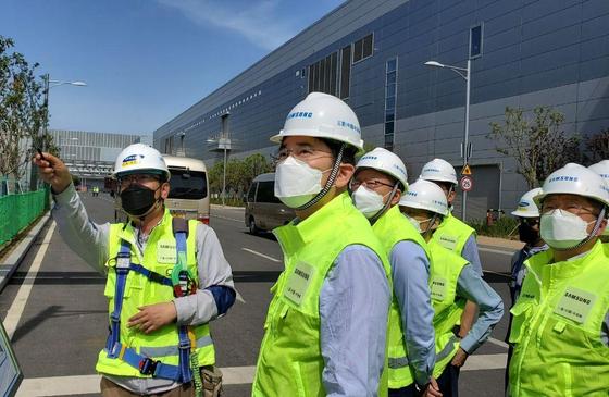 이재용 삼성전자 부회장(왼쪽 둘째)이 18일 중국 시안 반도체 사업장을 찾아 현장 점검을 하고 있다. 코로나19 사태 이후 중국을 방문한 외국 주요 기업인은 이 부회장이 처음이다. [사진 삼성전자]