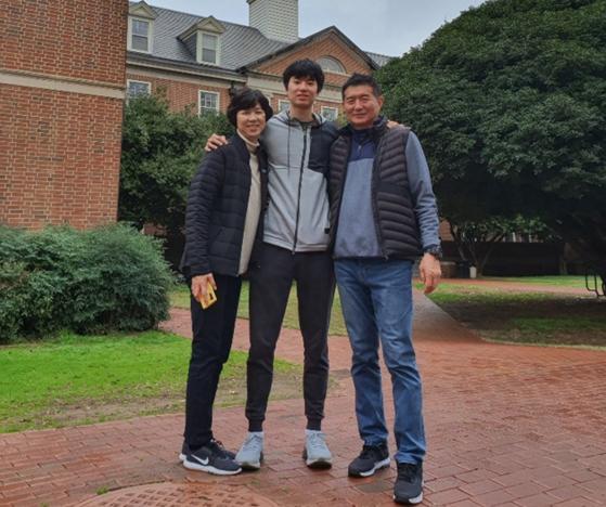 이현중은 어머니 성정아와 이윤환(오른쪽) 삼일상고 농구부 감독의 농구 DNA를 이어받았다. [사진 성정아]