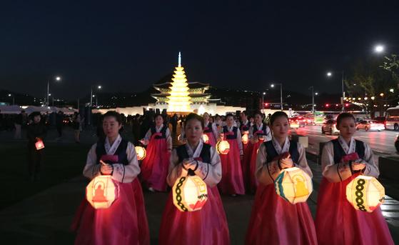 부처님오신날을 맞아 열리던 연등회 행사가 올해는 코로나19로 인해 취소됐다. [중앙포토]