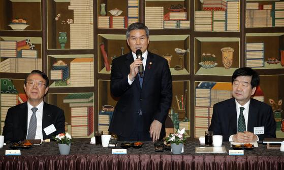 정경두 국방부 장관이 지난 1월 서울 용산구 국방컨벤션에서 열린 제3회 방산업체 CEO 간담회에서 인사말을 하고 있다. 뉴스1