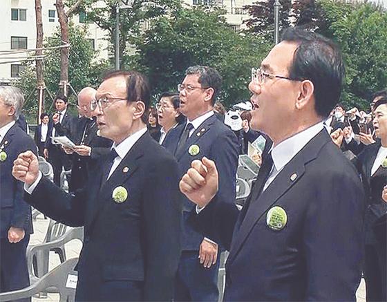 주호영 미래통합당 원내대표가 18일 제40주년 5·18 민주화운동 기념식에 참석해 '임을 위한 행진곡'을 부르고 있다. 연합뉴스
