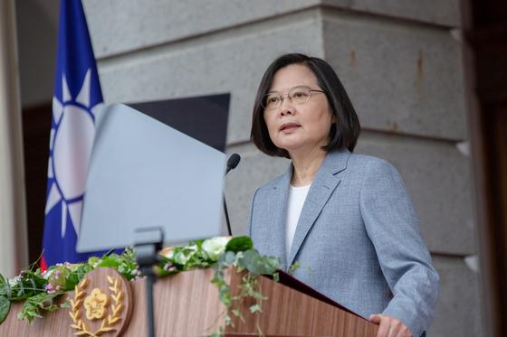 차이잉원 대만 총통이 20일 타이베이빈관에서 집권 2기를 시작하는 연설을 하고 있다. 차이 총통은 이날 양안 관계와 관련해 '평화, 대등, 민주, 대화'의 8자 원칙을 유지하겠다고 천명했다. [로이터=연합뉴스]