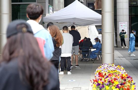 10일 이태원이 속한 용산구보건소 선별진료소가 검사를 원하는 시민들로 붐비고 있다. 연합뉴스