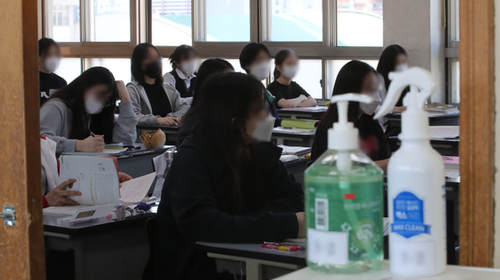 고등학교 3학년 등교 개학 첫날인 20일 오전 수업을 듣고 있는 학생들. 송봉근