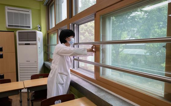 고등학교 개학을 시작으로 순차적 등교를 앞둔 7일 오후 서울 성동구 무학여자고등학교에서 한 교사가 에어컨 가동 점검 및 교실 환기를 하고 있다. 뉴스1