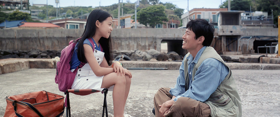 가족 중 유일하게 소리를 들을 수 있는 열한살 소녀 보리(김아송)의 엉뚱한 소망을 통해 '다름'의 문제를 풀어가는 성장영화 '나는보리'. 부모가 농인인 김진유 감독의 자전적 이야기다. [사진 영화사 진진]