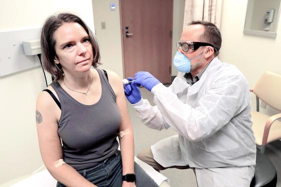 지난 16일 미국의 한 병원에서 임상시험에 참여한 여성이 생명공학 기업 모더나의 코로나19 백신을 맞고 있다. 모더나는 18일 임상시험에서 항체 형성 결과가 나왔다고 밝혔다. [AP=연합뉴스]