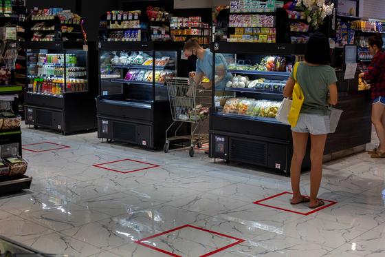 태국 방콕의 슈퍼마켓에서 사회적 거리두기를 위해 라인을 표시해놓은 모습[AP=연합뉴스]
