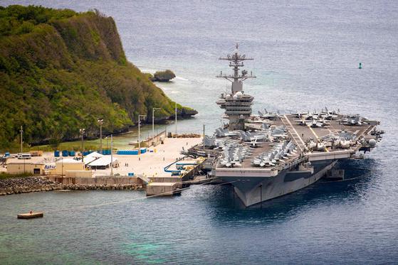 괌에 정박 중인 미국 해군의 핵추진 항공모함 시어도어 로스벨트함(CVN 71). 이번 주말 출항할 예정이다 [AP=연합]