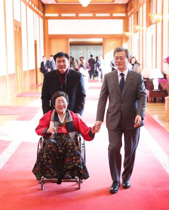 문재인 대통령은 2018년 1월 4일 일본군 위안부 피해자들을 청와대로 초청해 오찬을 함께 했다.문 대통령이 오찬을 마친뒤 이용수 할머니의 손을 잡고 배웅하고 있다. [사진 청와대]