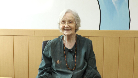 법무부가 20일 오후 정부과천청사 법무부 대회의실에서 제13회 세계인의 날 기념식을 개최, 60년간 대구·경북 지역에서 지역 발전과 봉사에 힘써온 영국인 이민자 수산나 메리(83) 여사가 올해의 이민자로 선정했다고 밝혔다. [사진 법무부]