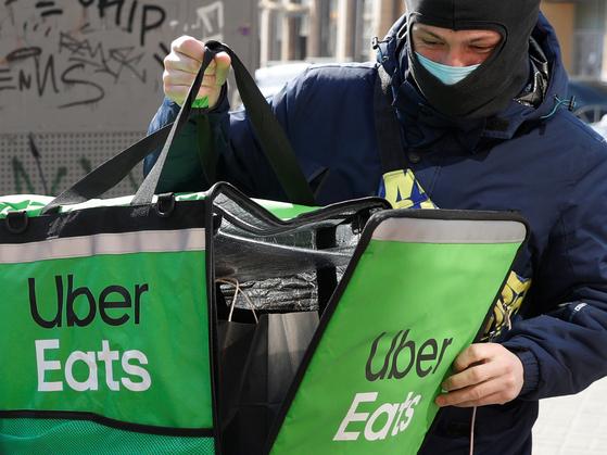지난달 2일 우크라이나의 한 우버 이츠(Uber Eats) 배달원이 배달 음식을 꺼내고 있다. [로이터=연합뉴스]