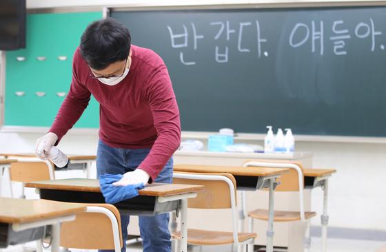 고등학교 3학년 학생 등교개학을 하루 앞둔 19일 오전 대전 유성구 반석고등학교에서 교사들이 교실을 소독하고 있다. 뉴스1